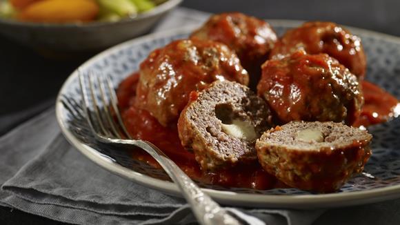 Fleischbällchen mit Käsefüllung und Bolognese-Sauce Rezept