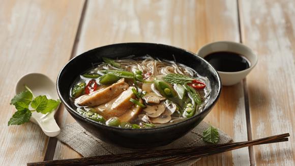 Asiasuppe mit Huhn, Reisnudeln und Gemüse Rezept
