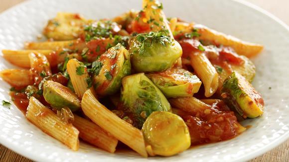 Italienische Pasta mit Kohlsprossen und Tomaten Rezept