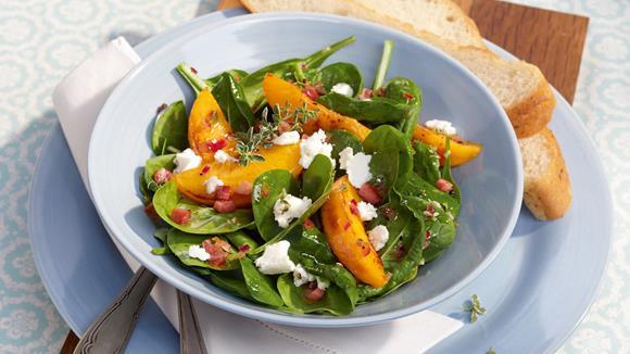 Knackiger Spinatsalat mit Pfirsichen und Ziegenkäse Rezept