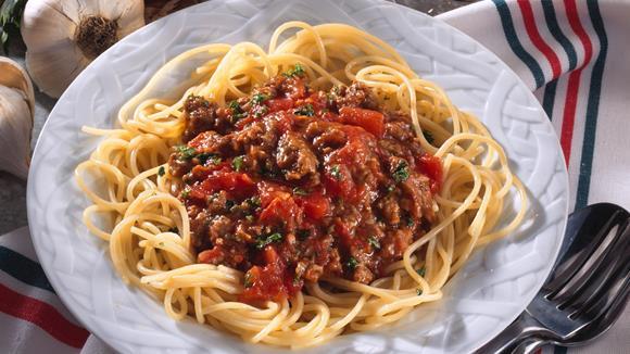 Spaghetti in Mediterraner Gemüse-Fleisch-Sauce
