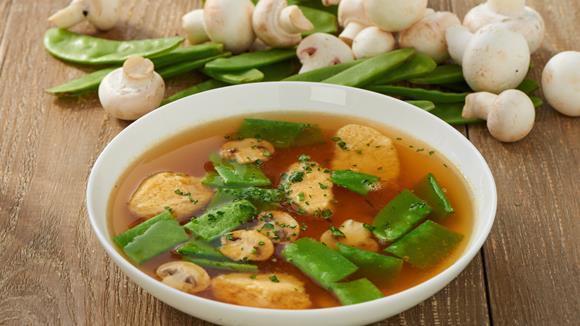 Klare Gemüsesuppe mit Grießnockerl Rezept