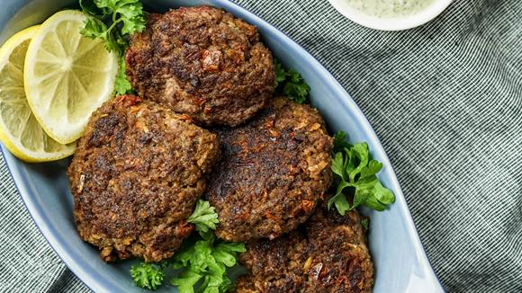 Mediterrane Fleischlaberl aus magerem Rindfleisch und getrockneten Tomaten, dazu Joghurtdip