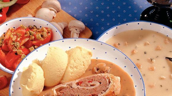 Blätterteigroulade mit Faschiertem, Schinken und Paprika auf Schwammerl-Sauce