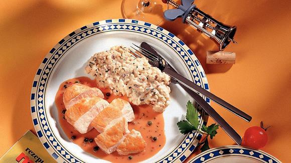 Gebratene Hühnerbrüste mit Pfeffer-Sauce auf Champignon-Kräuter Reis
