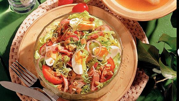 Frühlingssalat mit Radieschen, Eiern, Schinken und Croutinos