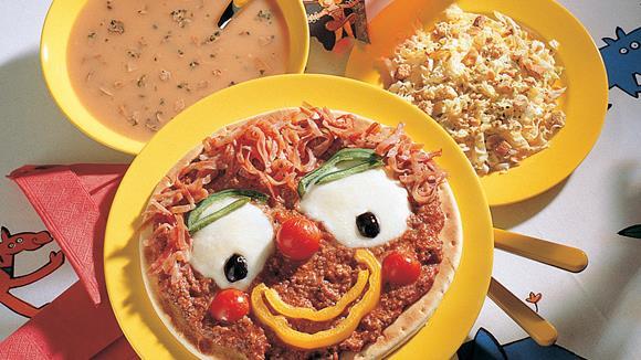 Lustige Clownpizza mit Paprika, Oliven, Mozzarella und Faschiertem