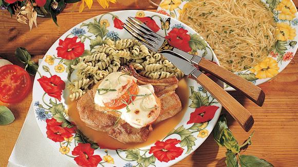 Schweinskoteletts Caprese mit Tomate-Mozarella