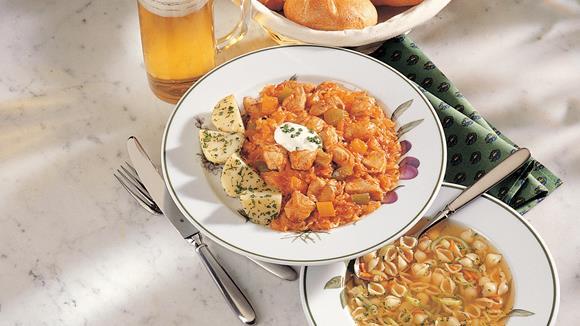 Pikanter Hühnereintopf mit Sauerkraut und Paprika