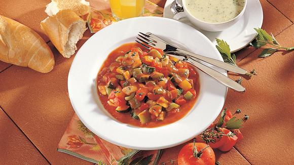 """Eintopf """"Mediterrane"""" mit Tomaten, Zucchini, Paprika und Jungzwiebeln"""