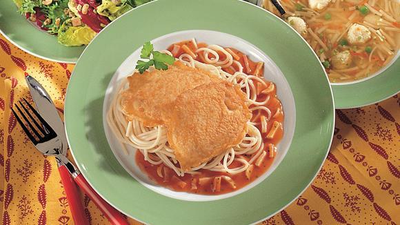 Gebackene Truthahnschnitzerl nach Mailänder Art mit Spaghetti Rezept