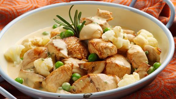 Einmachhuhn auf Wiener Art mit Champignons, Karfiol und Erbsen