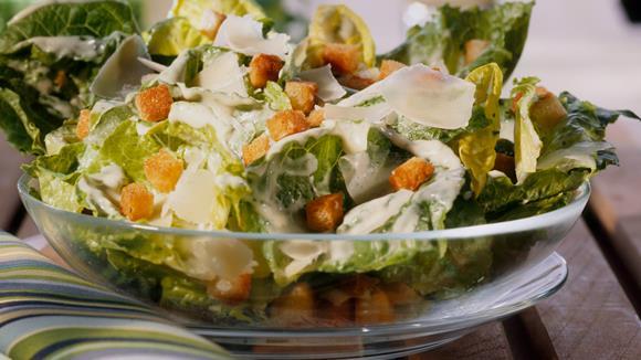 Bunter Salat mit Hühnchen und Bacon nach Caesar's Art