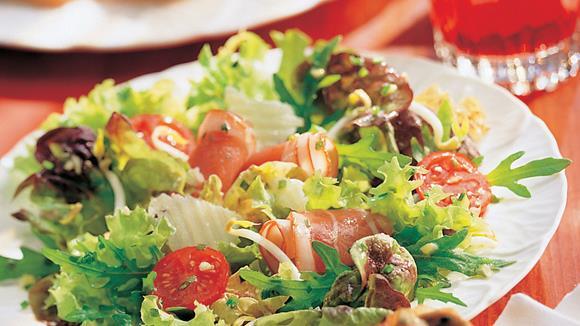 Powersalat mit Kirschtomaten, Rohschinken und Parmesan