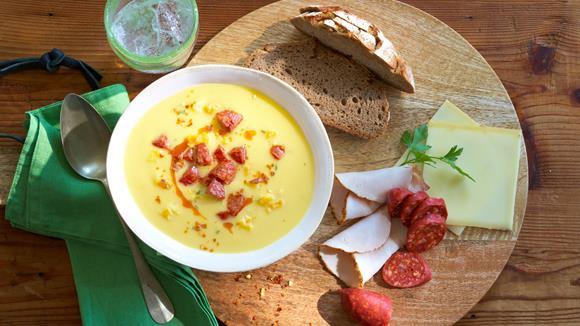 Deftige Knoblauchsuppe mit Wurst und Paprika