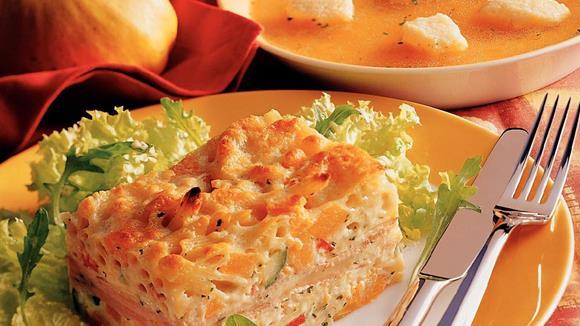 Pikanter Kürbisauflauf mit Schinken, Paprika, Zucchini und Mozzarella
