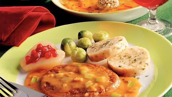 Gedünstetes Rehschnitzel mit Birnen, Lauch und Preiselbeeren