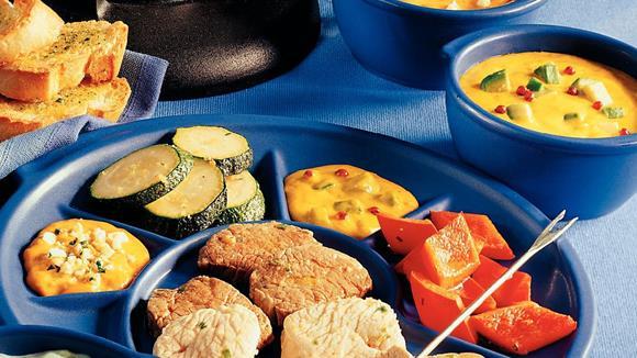 Klassisches Suppenfondue mit Schweins- und Rindsfilet, Putenbrust und Gemüse