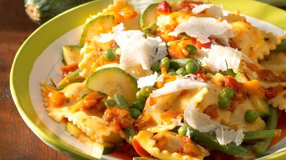 Ravioli mit Käsesauce mit Sellerie, Karotten und Erbsen Rezept