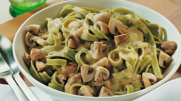 Grüne Nudeln mit Paprika, Champignons, Zucchini und Jägersauce Rezept