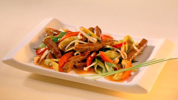 Chinesisches Schweinefleisch mit Paprika, Frühlingszwiebeln und Mungobohnensprossen