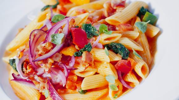 Nudeln in Tomaten-Speck-Sauce Rezept