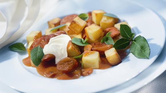 Kartoffelgulasch mit Knackwurst und Sellerie