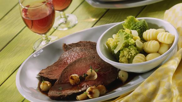 Pikanter Rindsbraten mit Bacon, Champignons, Essiggurkerl dunkler Biersauce