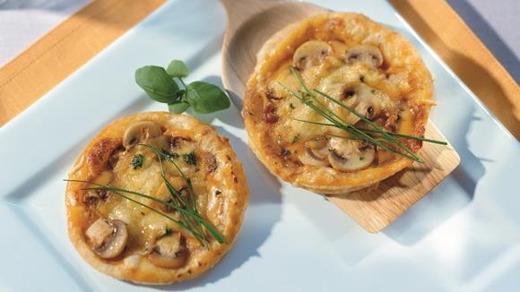 Pikante Pizza mit Faschiertem, Paprika, Champignons und Oliven