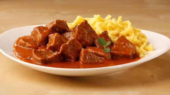 Esterházy Gulasch mit Karotten, Sellerie und Kapern Rezept