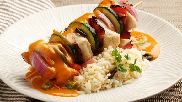 Husarenspieße mit Huhn, Zwiebel und Zucchini mit pikanter Sauce