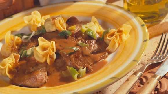 Kalbsschnitzel mit Gemüse-Weinsauce