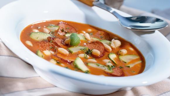 Würstel mit Paprika-Rahmsauce, Speck und Bohnen Rezept