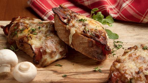 Baguette auf Jäger Art mit Lauch und Bacon