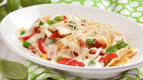 Mascherlnudeln alla carbonara mit Tomaten, Mais und Erbsen Rezept