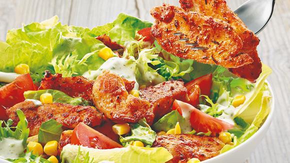 Bunter Gemüsesalat mit Hühnerbruststreifen