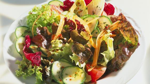 Sommerlicher Blattsalat mit Karotten, Sellerie und Pilzen