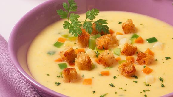 Kohlrabicreme Suppe mit Jungzwiebeln und Croutons Rezept