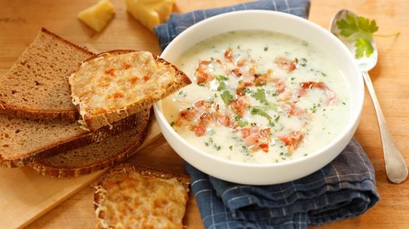 Knoblauchsuppe mit Schinken und Brotwürfeln