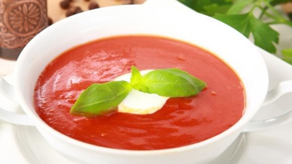 Kalte Tomatensuppe mit Paprika und Mozzarella