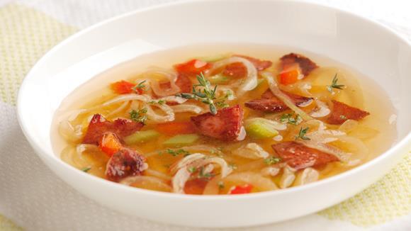 Zwiebelsuppe mit Knoblauchwurst und Paprika