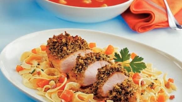 Hühnerbrustfilets in Kürbiskruste auf cremigen Nudeln