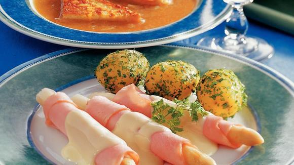 Spargel mit Putenschinken auf Käse-Hollandaise-Sauce Rezept