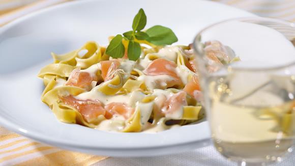 Pasta mit Räucherlachs, Lauch und Kräutern