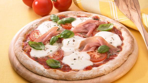 Schinken-Mozzarella Pizza mit Kräutern