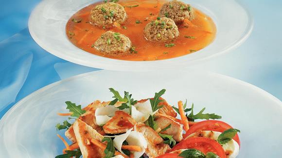 Tomaten-Mozzarellasalat mit Rucola und gebratenen Putenstreifen