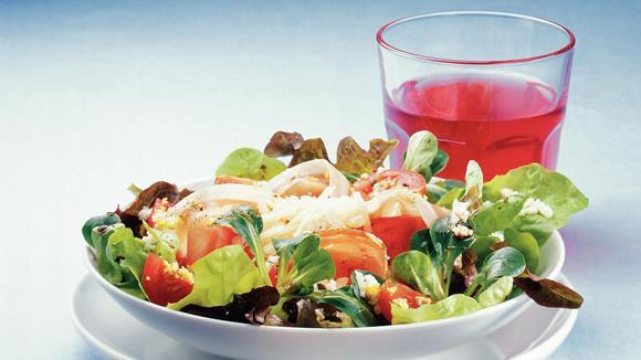 Herrensalat mit Tomaten, Prosciutto und Ei Rezept
