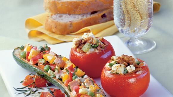 Gefüllte Zucchini mit Paprika, Schinken, Erbsen und Kräuter-Tomaten