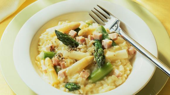 Gemüsereis mit Spargel, Schinken und Huhn