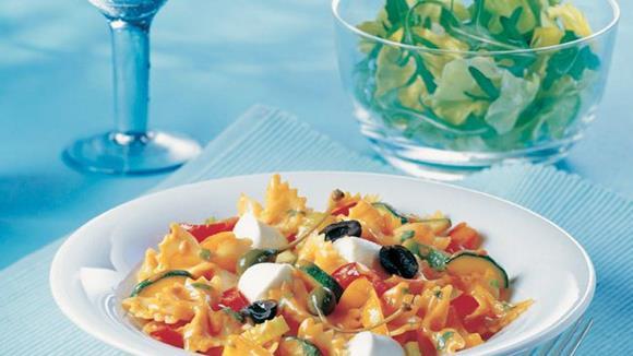 Mascherlnudeln mit sizilianischer Gemüsesauce und Babymozzarella